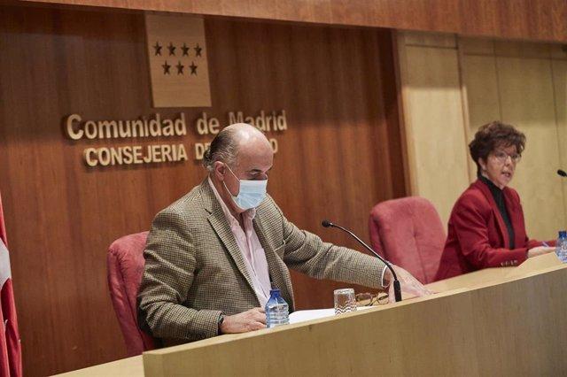 El viceconsejero de Salud Pública y Plan Covid-19 de la Comunidad de Madrid, Antonio Zapatero, y la directora general de Salud Pública, Elena Andradas, ofrecen una rueda de prensa en la Consejería de Sanidad, en Madrid (España), a 11 de diciembre de 2020.