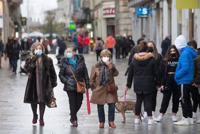 Gente paseando por la Rua de Conde Pallares en Lugo, tras el levantamiento del cierre perimetral de la ciudad, en Lugo, Galicia (España), a 30 de diciembre de 2020.