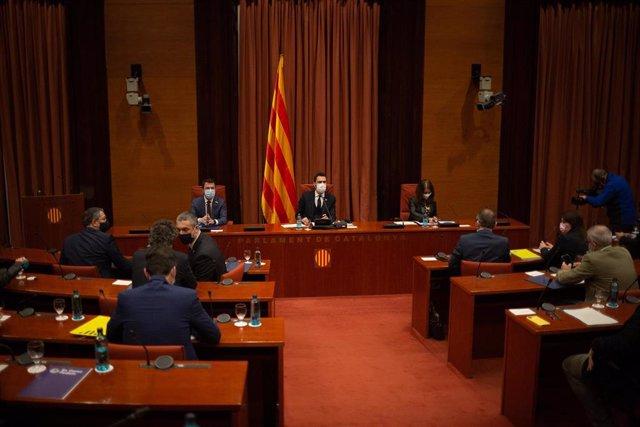(I-D) El vicepresidente de la Generalitat, Pere Aragonès; el presidente del Parlament, Roger Torrent, y la conseller Meritxell Budó, durante la rueda de prensa posterior a la reunión convocada entre el Govern y los partidos catalanes.