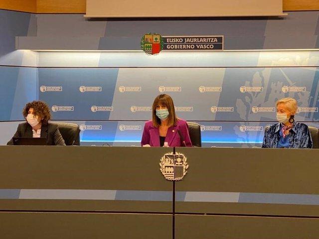 La viceconsejera de Empleo, Elena Pérez Barredo (izq), la Vicelehendakari, Idoia Mendia,  junto a la directora general de Lanbide, Gloria Múgica