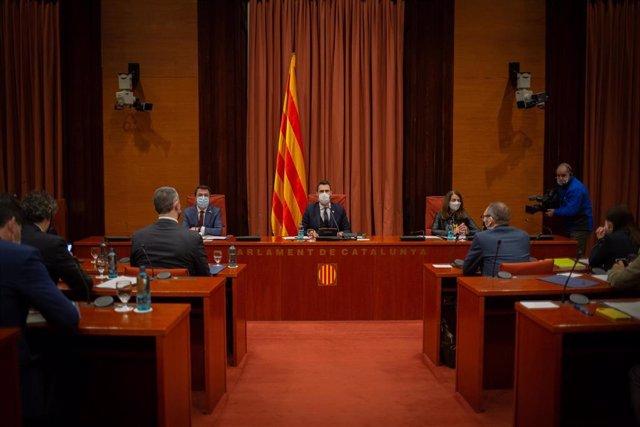 (I-D) El vicepresidente de la Generalitat, Pere Aragonès; el presidente del Parlament, Roger Torrent, y la conseller Meritxell Budó, durante la rueda de prensa posterior a la reunión convocada entre el Govern y los partidos catalanes, en Barcelona, Catalu