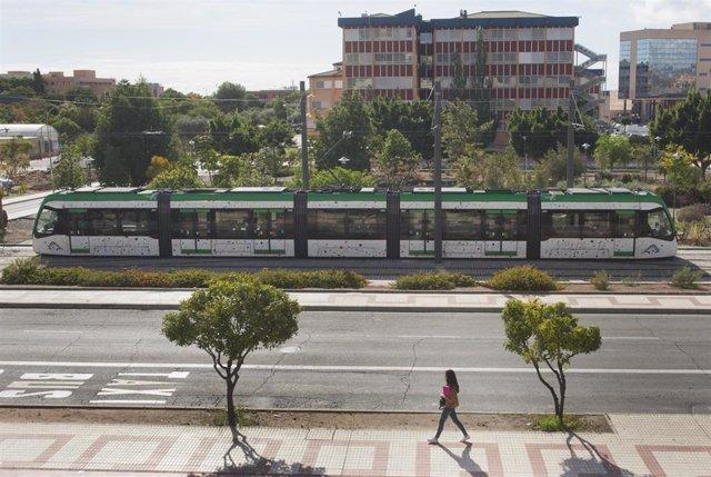 Metro de Málaga en superficie a su paso por el campus de la universidad