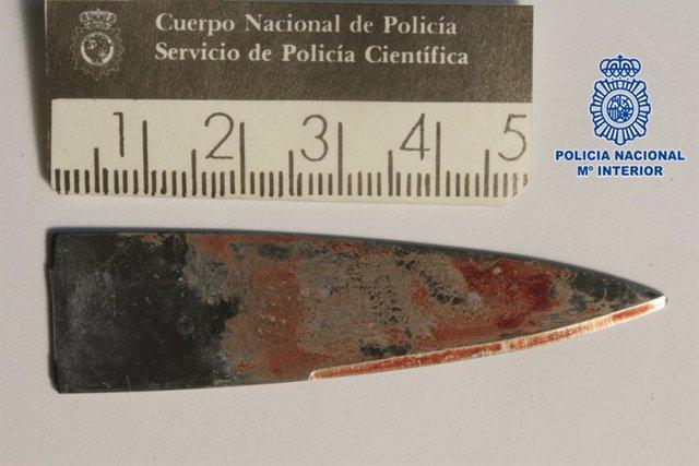 Filo del cuchillo que quedó clavado en la cabeza de la víctima de agresión, en Gijón