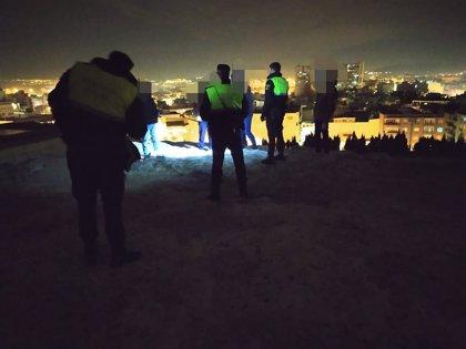 La Policía de Alicante disuelve un botellón sin mascarillas en la ladera del castillo de san Fernando