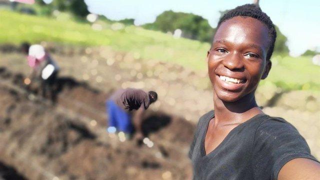 Joaõ Antonio Massada era un niño de la calle en Beira (Mozambique). Entró con 5 años en el Hogar de los Padres Somascos y acaba de encontrar su primer trabajo.