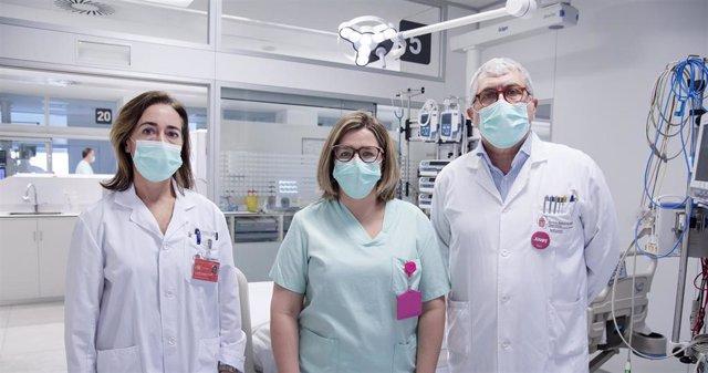 Maite Sarobe, jefa de Farmacia del CHN, Amaia Egüés y Juan Pedro Tirapu, jefe de la UCI