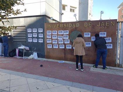 La Universidad de Jaén se llena de carteles en contra de los exámenes presenciales