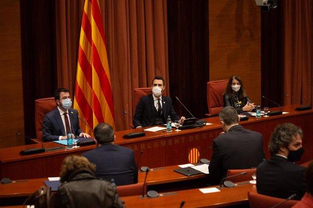 (E-D) El vicepresident de la Generalitat, Pere Aragonès; el president del Parlament, Roger Torrent, i la consellera Meritxell Budó, durant la reunió de la taula de partits per decidir si posposar les eleccions catalanes.