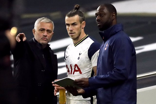 18 October 2020, England, London: Tottenham Hotspur manager Jose Mourinho speaks to Gareth Bale as he prepares to come on during  the English Premier League soccer match between Tottenham Hotspur FC and West Ham United FC at Tottenham Hotspur Stadium. Pho