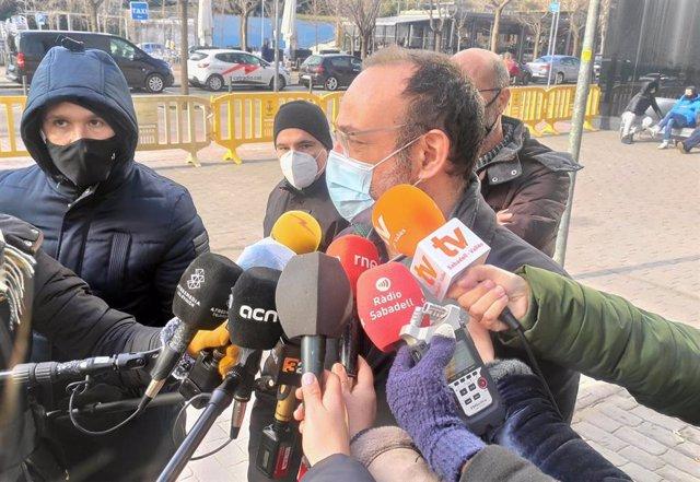 El abogado de la familia de Helena Jubany, Benet Salellas, atendiendo a los medios ante los juzgados de Sabadell (Barcelona), el 15 de enero de 2021.