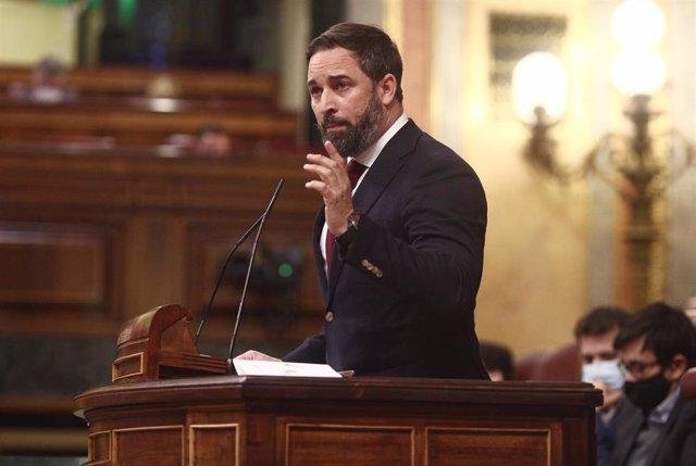 El presidente de VOX, Santiago Abascal, interviene durante una sesión de control al Gobierno