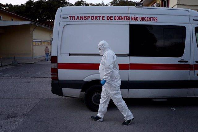 Treballador sanitari al costat d'una ambulància a Lisboa
