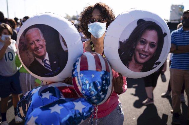 Simpatizante del presidente electo de Estados Unidos, Joe Biden, y la vicepresidenta electa, Kamala Harris