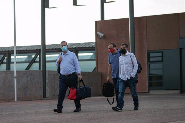 L'exconseller d'Interior Joaquim Forn (esquerra); l'exconseller de Territori Josep Rull; i l'expresident de l'ANC Jordi Sànchez (dreta) surten de la presó de Lledoners, a Sant Joan de Vilatorrada (Barcelona).