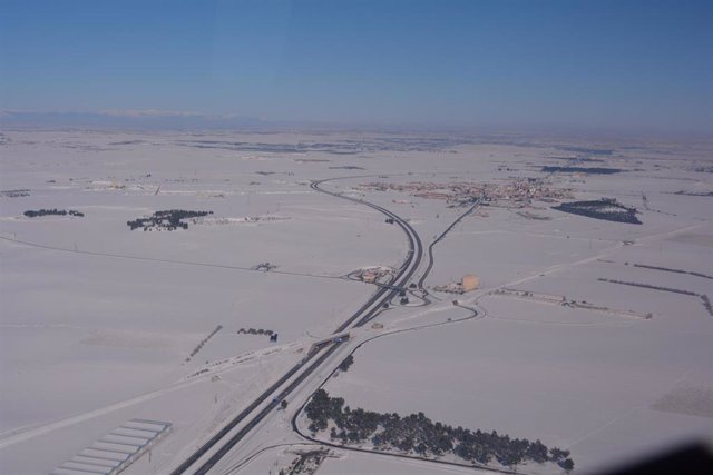 Varias carreteras españolas nevadas, en Madrid (España), a 11 de enero de 2021. La Unidad de Medios aéreos de la DGT tomo esta imagen durante uno de sus vuelos de reconocimiento de la situación en la que se encontraban  las carreteras.