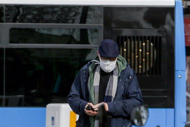 Un home porta mascarilla per a protegir-se del coronavirus en un carrer de Madrid, a 11 de març de 2020.