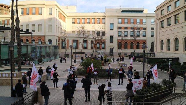 """Estudiantes se concentran frente al Rectorado de la Universitat de València (UV) para exigir """"exámenes online con urgencia ante la alarmante situación del Covid"""""""