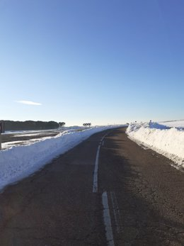 Carretera segoviana despejada de nieve.