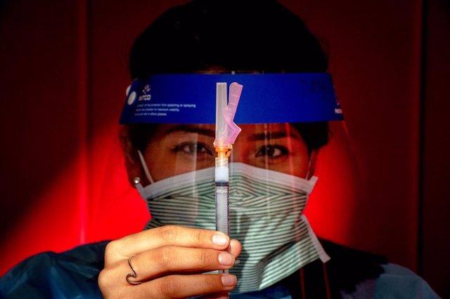 Una enfermera sostiene una dosis de la vacuna contra la COVID-19 en California, Estados Unidos.
