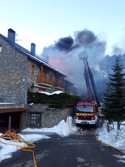 Bomberos de la DPH trabajan en la extinción de un incendio de viviendas en Tramacastilla de Tena