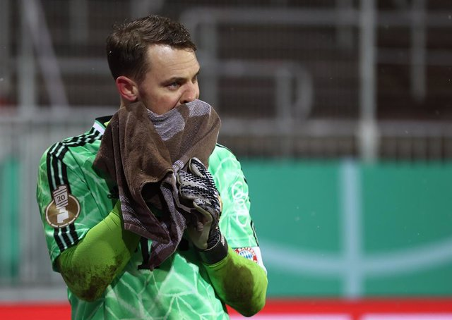 13 January 2021, Schleswig-Holstein, Kiel: Munich goalkeeper Manuel Neuer appears dejected after the final whistle of the German DFB Cup second round soccer match between Holstein Kiel and Bayern Munich at Holstein Stadium. Photo: Christian Charisius/dpa