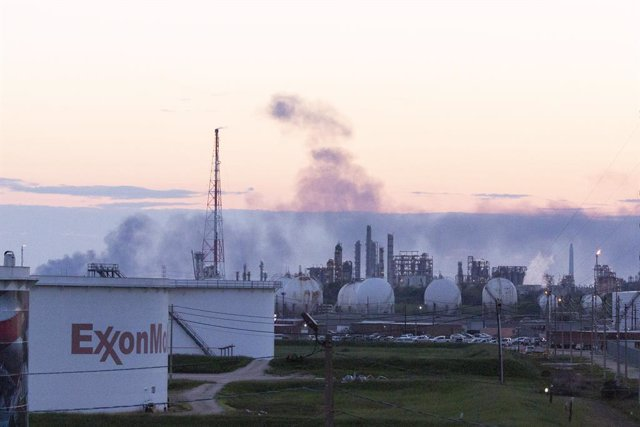 March 19, 2019 - Deer Park, Texas, United States: Exxon Mobil Corp.'s Baytown, Texas, refinery, the nation's third largest, fought a furnace fire while nearby petrochemical tanks at Deer Park's Intercontinental Terminals Company remained ablaze for the th