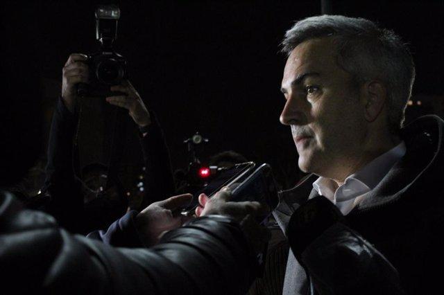 El candidato a la presidencia del FC Barcelona Víctor Font atiende a los medios a la salida de la reunión con candidatos y club para una nueva fecha electoral