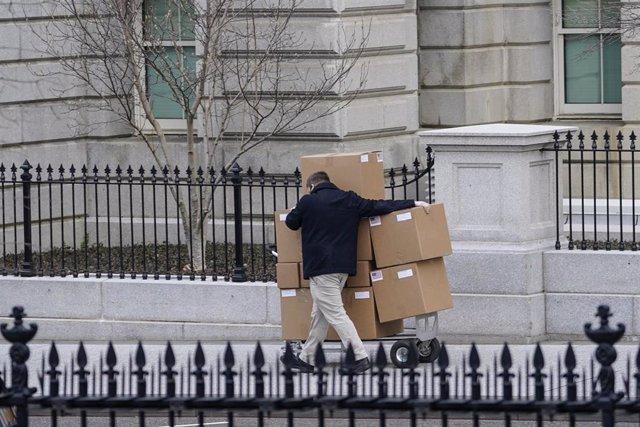 Un operario de mudanzas saca unas cajas de la Casa Blanca a días de que Donald Trump deba dejar el hogar presidencial a Joe Biden.