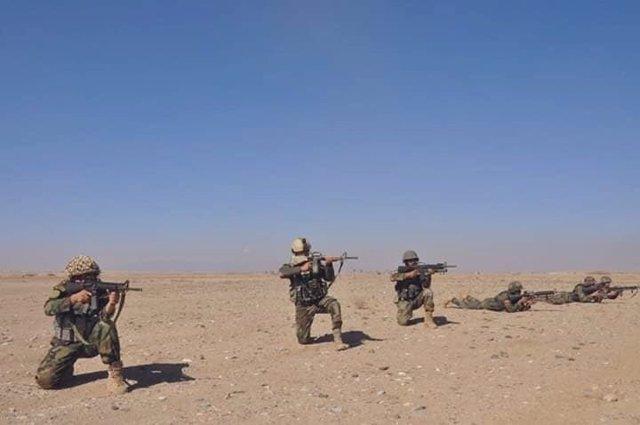 Militares afganos desplegados en un ejercicio de tiro