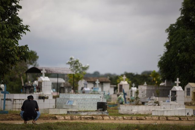 15 January 2021, Brazil, Manaus: A woman mourns at the grave of a relative who died of Covid-19 at Nossa Senhora Aparecida cemetery. Photo: Lucas Silva/dpa