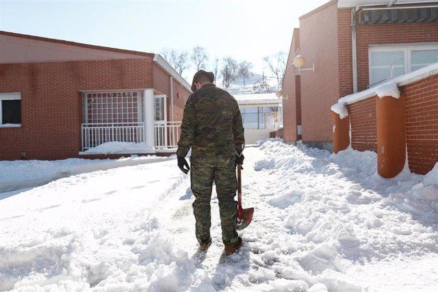 Un militar de la Unidad Militar de Emergencias (UME) colabora en la retirada de nieve y hielo en las inmediaciones del colegio Fuente de la Villa tras la gran nevada provocada por la borrasca 'Filomena', en Valdemoro, Madrid, (España), a 15 de enero de 20