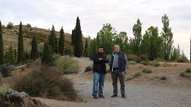 Benjamín Amo junto al historiador Miguel Caballero en Granada, en uno de las localizaciones en donde pudo ser enterrado García Lorca