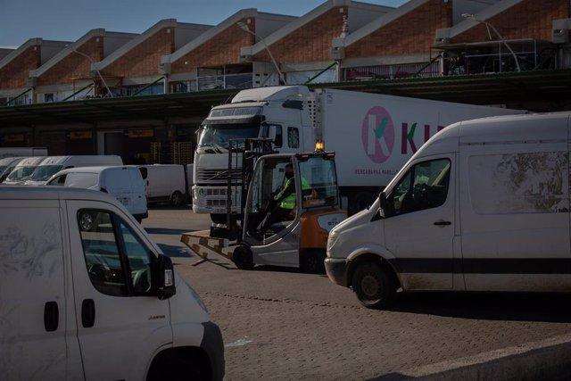 Un hombre transporta mercancía en Mercabarna, en Barcelona, Catalunya (España).