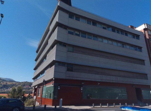 Ertzainas del Centro de detención de la Comisaría de Bilbao recogen firmas contra el cierre del PAC de Deusto