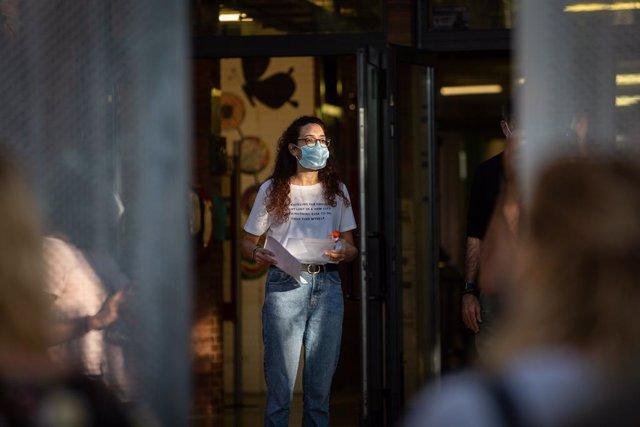 Una professora amb mascareta a les portes d'una escola durant el primer dia del curs escolar 2020-2021, a Barcelona, Catalunya (Espanya), a 14 de setembre del 2020.