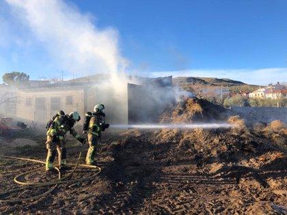 Sofocan un incendio en una nave que almacenaba paja en de Diezma (Granada)
