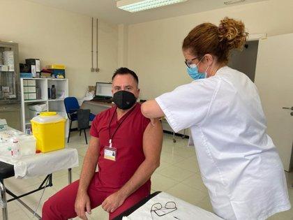 Canarias ha administrado ya la vacuna contra la COVID a 39.339 personas de los grupos 1 y 2