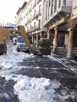 El Ayuntamiento de Teruel retira más de 110 camiones de nieve helada este sábado de las calles de la ciudad.