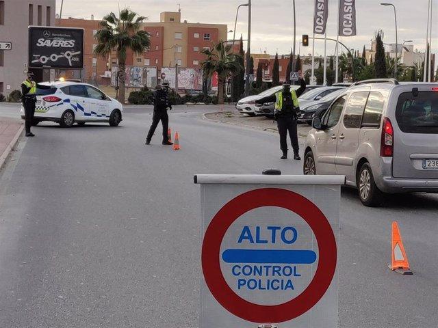 Control de la Policía Local para garantizar el confinamiento perimetral en Almería