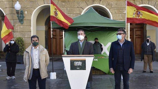 Acto de VOX a las puertas del Ayuntamiento de Cádiz