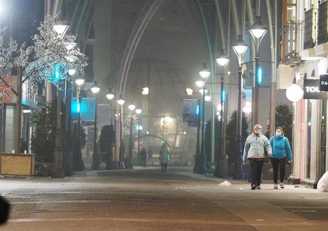Una calle de Valladolid el día de la entrada en vigor del toque de queda a las 20.00 horas por la crisis del coronavirus, en Valladolid, Castilla y León, (España), a 16 de enero de 2021.