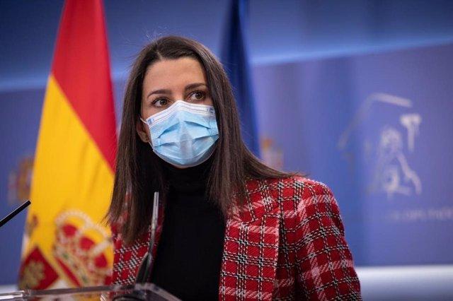 La presidenta de Ciudadanos,  Inés Arrimadas, en una roda de premsa al Congrés dels Diputats.