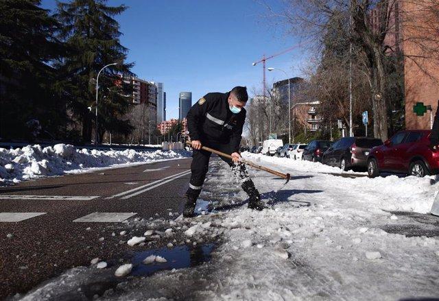 Un militar de la Unidad Militar de Emergencias (UME) trabaja en apertura de los viales y limpieza de los accesos tras la gran nevada, en Madrid, (España), a 15 de enero de 2021. El dispositivo de limpieza de nieve en calles puesto en marcha por el Ayuntam