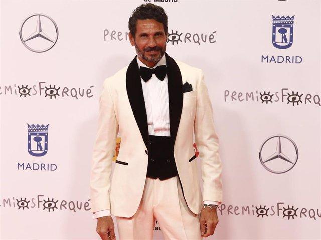 Óscar Higares, un derroche de elegancia a cada paso en los Premios Forqué 2021