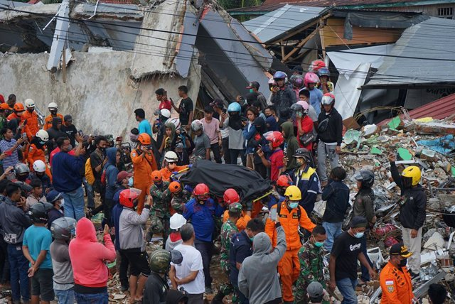 16 January 2021, Indonesia, Mamuju Regency: Rescue workers evacuate earthquake victims after a number of bodies were found in the rubble of buildings following the earthquake that occurred in Mamuju, West Sulawesi. Photo: Herwin Bahar/ZUMA Wire/dpa