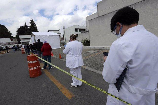 Sanitarios hacen cola en México para ser vacunados.