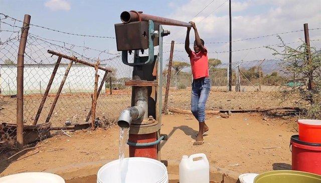 Extracción de agua en el distrito de Muzurabani, en Zimbabue