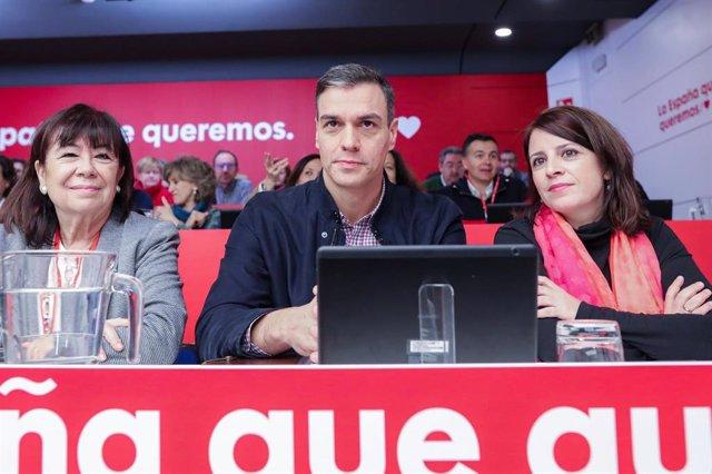 (I-D) La vicepresidenta primera del Senado, Cristina Narbona, el Presidente del Gobierno, Pedro Sánchez, y la portavoz socialista en el Congreso, Adriana Lastra, durante el Comité Federal del PSOE en Ferraz (Madrid) a 15 de febrero de 2020.