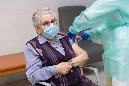 """Nieves Cabo, primera en recibir las dos dosis en Galicia: """"Que no dejen de vacunar, que es una cosa maravillosa"""""""