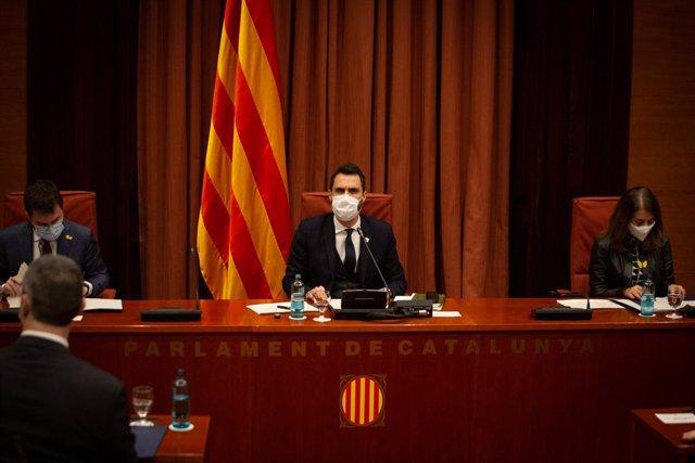 El vicepresident de la Generalitat, Pere Aragonès; el president del Parlament, Roger Torrent, i la consellera Meritxell Budó, durant la roda de premsa posterior a la reunió convocada entre el Govern i els partits catalans.